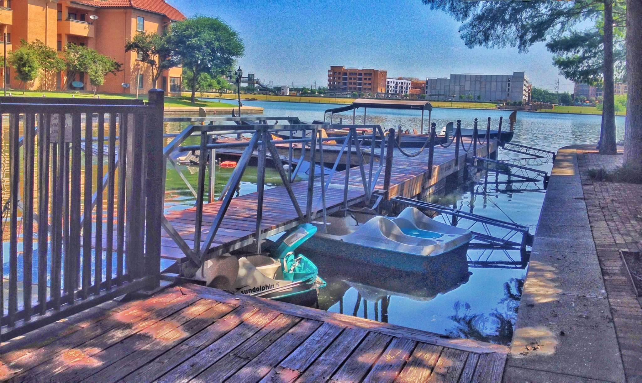 Las Colinas - docks and overturned boats