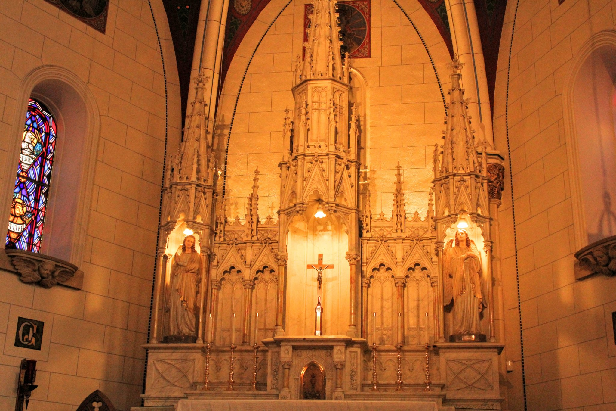 Loretto Chapel Image - Main Altar with two angels juxtaposed