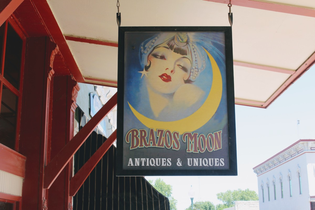 Guide to Granbury: Brazos Moon Store Sign