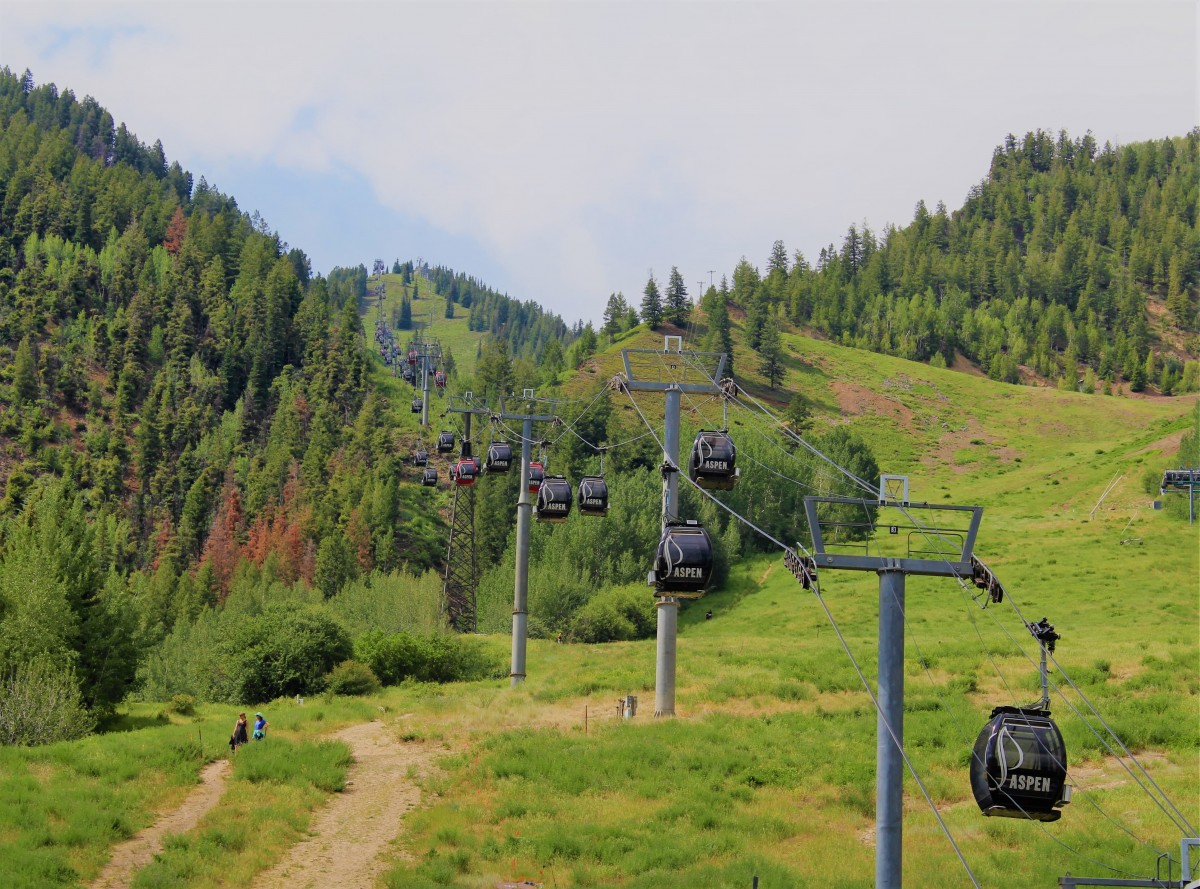 Silver Queen gondola ski lift in the summer. The footpass office for non-skiers is at the bottom.