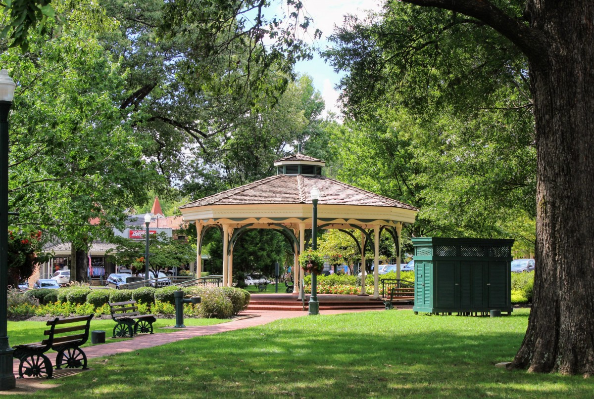 As one of the romantic things to do in Memphis , take a day trip to Collierville