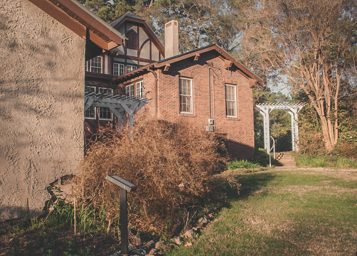 Eudora Welty House behind