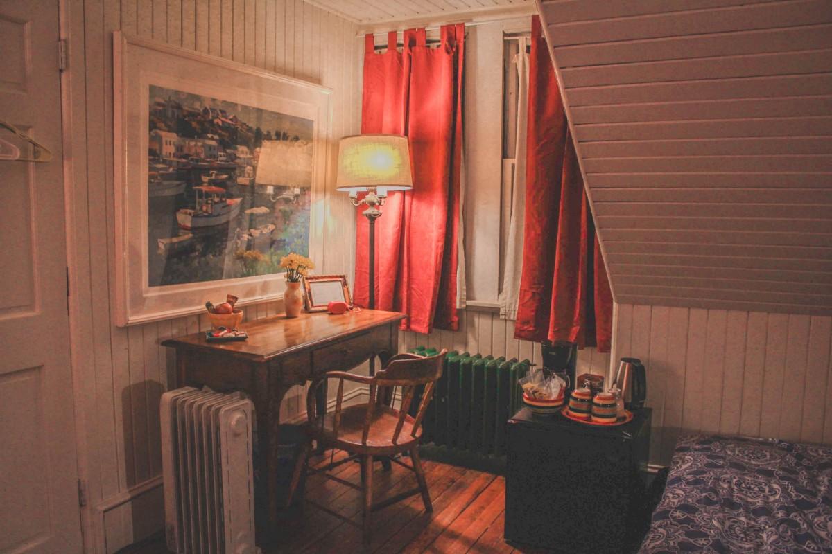 Philadelphia Airbnb desk plus fridge
